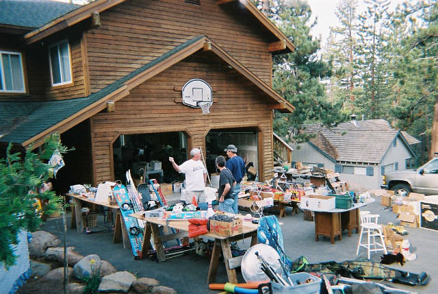 1024px-Yard_Sale_Northern_CA_2005